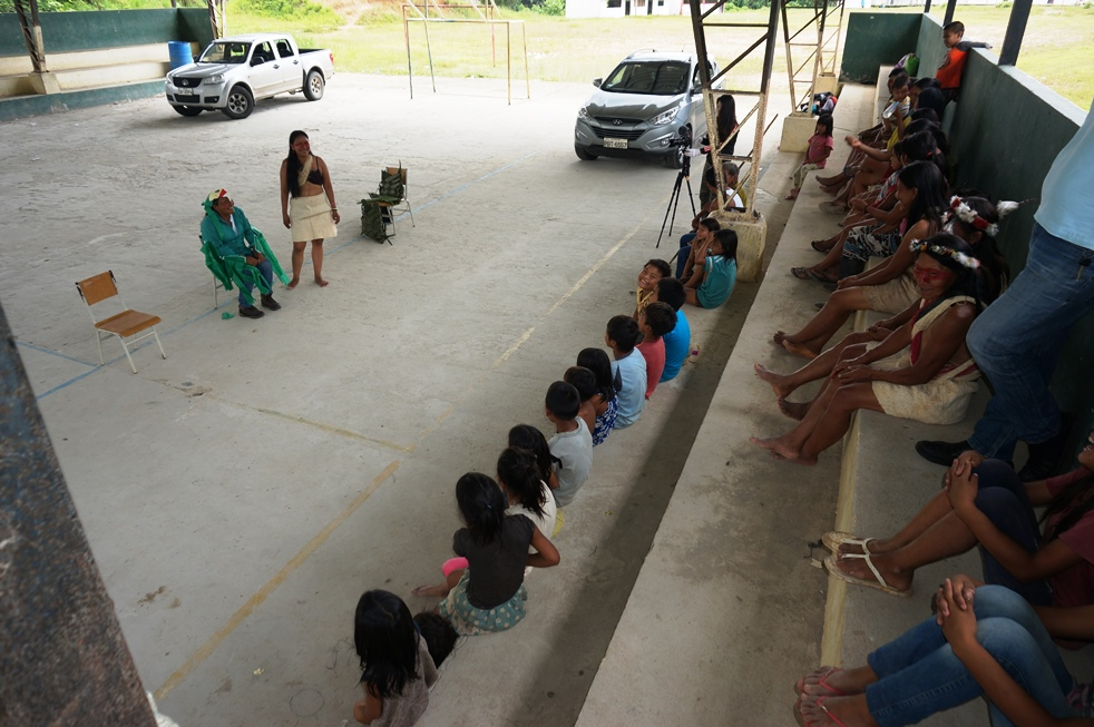 EcoCiencia y AMWAE realizan taller teatro Waorani